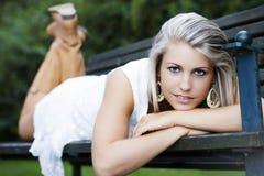 Sexy vrouw in het park Royalty-vrije Stock Afbeeldingen