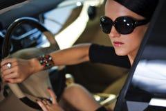 Sexy vrouw in luxeauto Stock Afbeeldingen