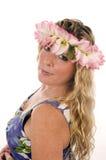 vrouw met bloemenkleding en bloemen in haar Stock Foto