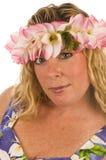 vrouw met bloemenkleding en bloemen in haar Royalty-vrije Stock Afbeelding