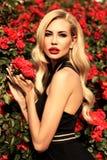 Sexy vrouw met blond haar in het luxueuze kleding stellen in de lente g royalty-vrije stock foto