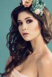 Sexy vrouw met donker haar en heldere make-up met de hoofdband van de bloem royalty-vrije stock foto