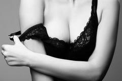 Sexy vrouw met grote borsten in zwarte bustehouder Stock Foto