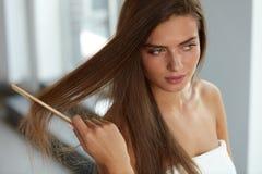 Sexy Vrouw met Haircomb In Hand Hairbrushing Haargezondheid royalty-vrije stock foto