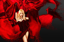 Sexy Vrouw met het Bespatten van Rode Zijde Royalty-vrije Stock Foto