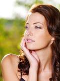 Sexy vrouw met mooi gezicht in openlucht Royalty-vrije Stock Afbeelding