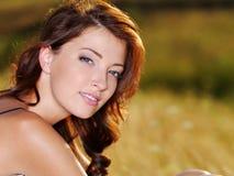Sexy vrouw met mooi gezicht in openlucht Royalty-vrije Stock Foto's