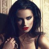 Sexy vrouw met rode lippen bij uitstekend muurportret stock fotografie