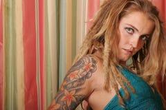 Sexy vrouw met tatoegering Royalty-vrije Stock Afbeeldingen