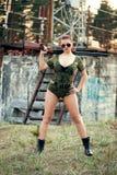 Sexy vrouw met wapen Stock Fotografie