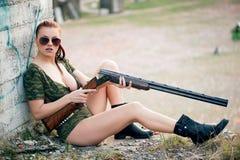 Sexy vrouw met wapen Royalty-vrije Stock Afbeeldingen