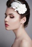 vrouw met witte bloem in haar haar Stock Foto