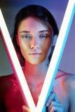 Sexy vrouw in neonlicht in lingerie Neonlichten en glans van licht op het meisjesgezicht Naakte vrouw in lovertjes op de achtergr royalty-vrije stock foto's