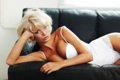 Sexy vrouw op bank Royalty-vrije Stock Foto's