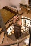 Sexy vrouw op treden in oud huis Stock Afbeelding
