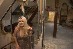 Sexy vrouw op treden in oud huis Stock Afbeeldingen