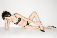 Sexy vrouw op vloer. Stock Foto's