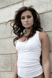 Sexy Vrouw in Wit Mouwloos onderhemd royalty-vrije stock afbeeldingen