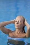 Sexy Vrouw in Witte Bikini in Zwembad royalty-vrije stock afbeeldingen
