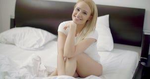 Sexy Vrouw in Witte Zitting op haar Bed stock video