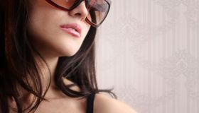 Sexy vrouw in zonnebril Stock Foto's