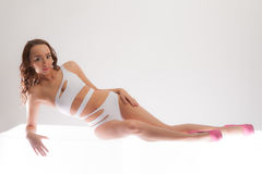 Sexy Vrouw in Zwempak en Hielen stock foto