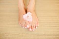 Sexy vrouwelijke voeten - schoonheidsbehandeling stock foto
