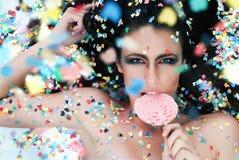 Sexy vrouwen die roze suikergoed proeven. Stock Foto