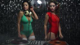 2 sexy vrouwen van partijdj stock video