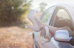 Sexy vrouwenbenen op hoge hielen royalty-vrije stock afbeeldingen