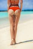 Sexy vrouwenbillen op de strandachtergrond Royalty-vrije Stock Afbeeldingen