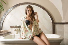 Sexy vrouwenzitting op badton Royalty-vrije Stock Afbeelding