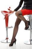 Sexy weibliche Beine in den hohen Absätzen an der Cocktailbar Stockfotografie