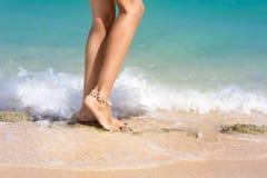 Sexy weibliche Beine herein in den Wellen Stockfotografie