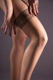 Sexy weibliche Hüfte in den Nylonstrümpfen Lizenzfreie Stockfotos