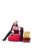 Sexy weibliche Santa Claus, die mit Tasche von Geschenken aufwirft Lizenzfreie Stockbilder