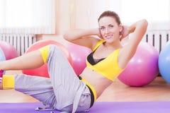 Sexy weiblicher Athlet In Good Fit, welches das Bein ausdehnt Übungen tut Lizenzfreies Stockbild