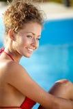 Sexy weibliches Modell, das durch das Pool, Porträt im Freien aufwirft stockfotos