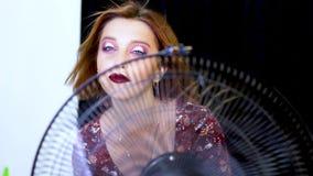 Sexy weibliches Modell der Schönheit mit Wind im Haar stock footage