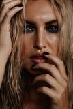 Sexy weibliches Modell mit nassem Make-up Lizenzfreie Stockbilder