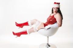 Sexy Weihnachtsfrau im Lehnsessel Stockfotos
