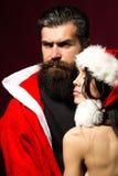 Sexy Weihnachtspaare lizenzfreie stockbilder