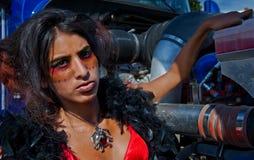 Sexy werkend meisje dat koelmiddel toevoegt stock afbeeldingen