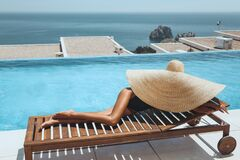 Free Sexy Woman With Blond Hair In Bikini And Big Straw Hat Posing Near Swimming Pool Royalty Free Stock Images - 211195419