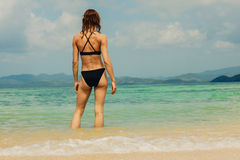 Sexy young woman standing on tropical beach Royalty Free Stock Photos
