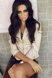 Sexy zakelijke vrouw met donker krullend haar in elegante kleren Royalty-vrije Stock Fotografie
