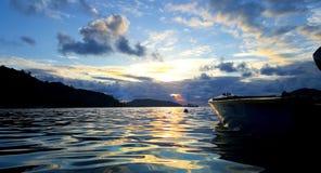 Seychellen-Fischerboot im schönen Sonnenuntergang lizenzfreie stockbilder