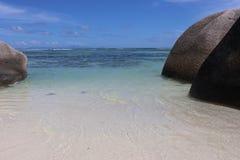 Seychellen-Insel-Sandozeanm?dchen stockfotos