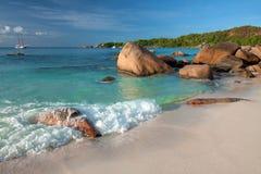 Seychellen - Praslin-eiland - het strand van Anse Lazio door grani wordt gegrenst die Stock Foto's