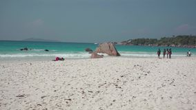 seychellen Praslineiland Groep Afrikaanse Amerikaanse meisjes die een rust op het strand van een exotisch eiland in de Indiër heb stock video
